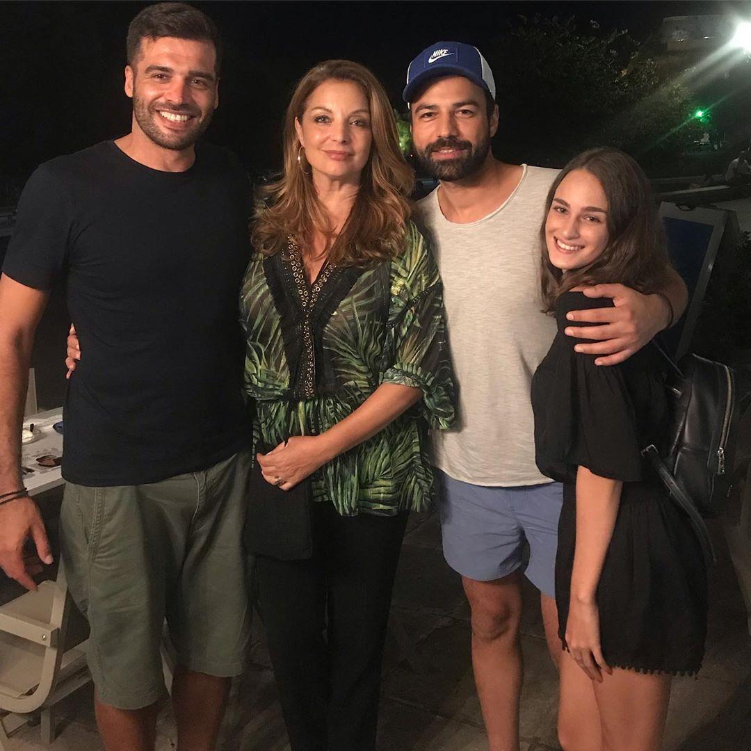 Η Άντζελα Γκερέκου ποζάρει μαζί με την κόρη της, Μαρία Βοσκοπούλου, και τον Ανδρέα Γεωργίου.