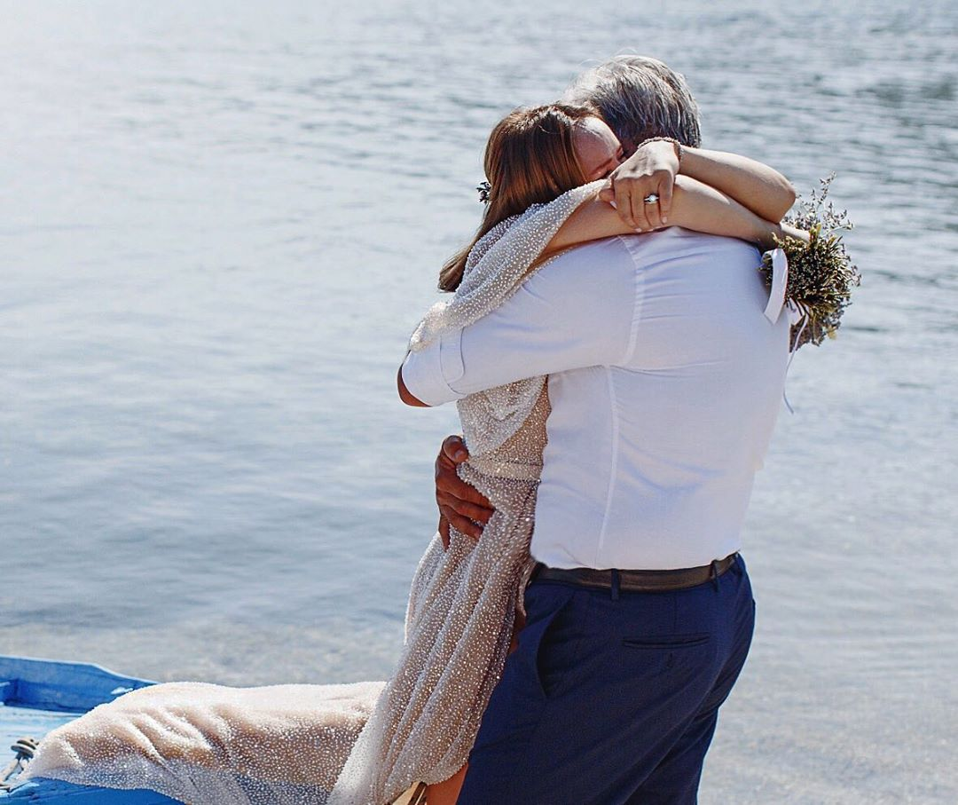 Αννίτα Μπραντ Χάρης Χριστόπουλος στο γάμο τους αγκαλιά