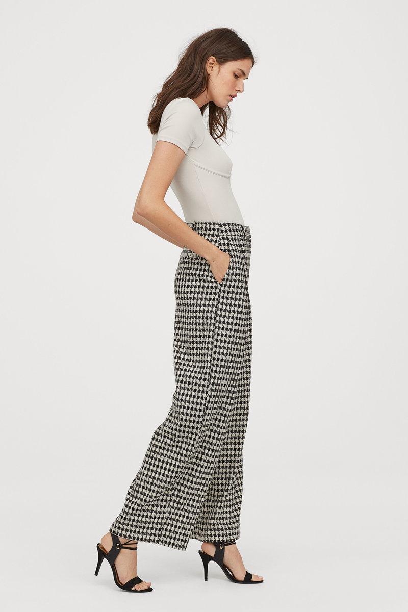 Μοντέλο με ασπρόμαυρο παντελόνι