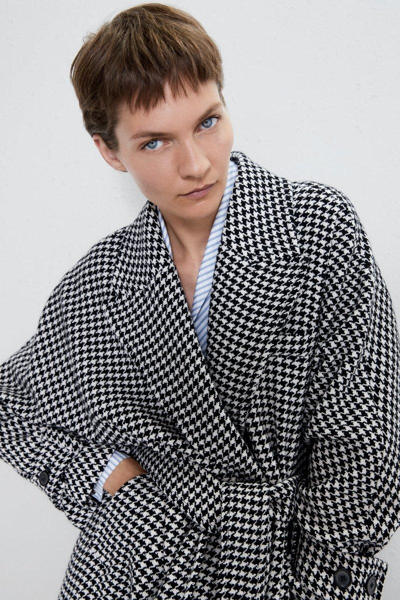 Μοντέλο με πιε ντε πουλ παλτό
