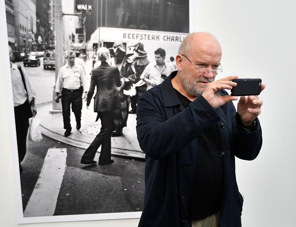 Ο διάσημος φωτογράφος Πίτερ Λίντμπεργκ μπροστά σε ένα από τα έργα του