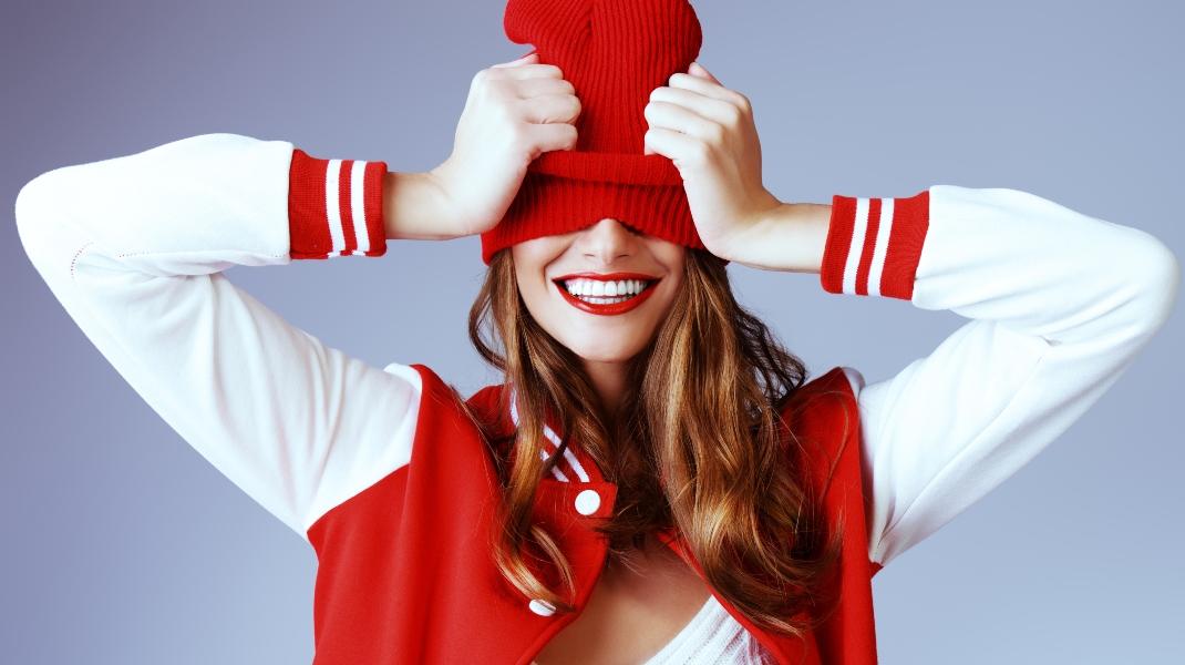 Γυναίκα με κόκκινα χείλη/Shutterstock
