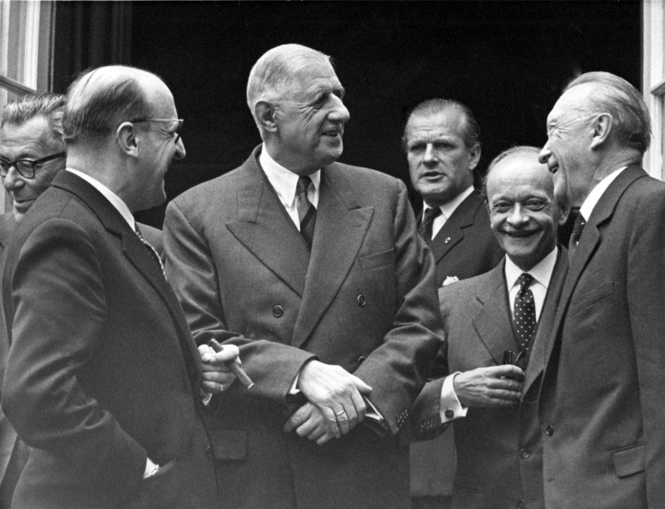 Ασπρόμαυρη φωτογραφία του Ντε Γκολ με τον Γερμανό καγκελάριο Αντενάουερ