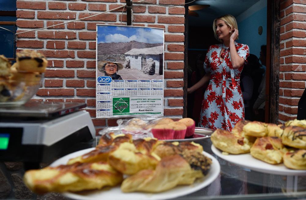 Η Ιβάνκα Τραμπ με πανάκριβο φόρεμα, μόλις καταφθάνει σε ένα ντόπιο αρτοποιείο - Και η χαρά την δεν κρύβεται