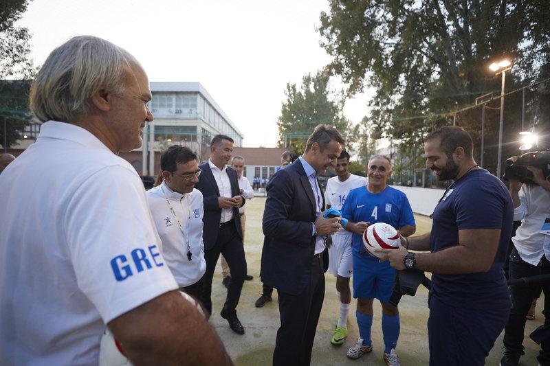 Οι παίκτες δώρισαν στον κ. Μητσοτάκη τη φανέλα της ομάδας και του έδωσαν την ειδική μπάλα που χρησιμοποιείται στο ποδόσφαιρο τυφλών.