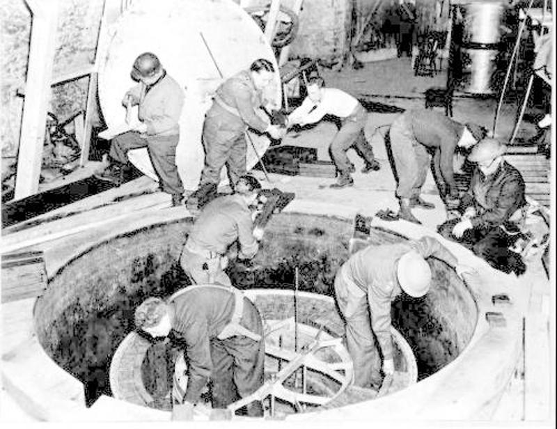 Αμερικανοί και Βρετανοί επιθεωρούν τον πειραματικό πυρηνικό αντιδραστήρα των Ναζί στο Χάιγκερλοχ.