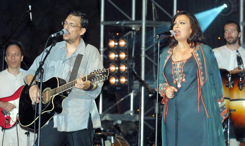 Ο Λαυρέντης Μαχαιρίτσας με την Χαρούλα Αλεξίου το 2002 σε συναυλία στη Θεσσαλονίκη