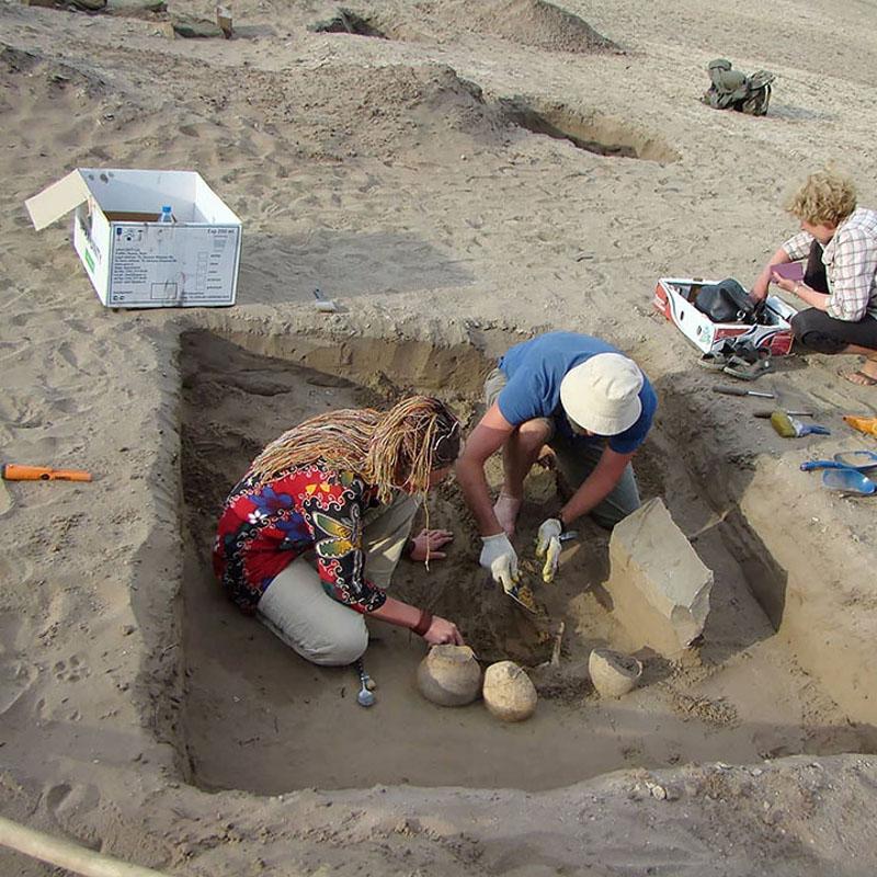 Το... iPhone που βρήκαν στον τάφο οι αρχαιλόγοι ήταν στην πραγματικότητα η μεγάλη αγκράφα μιας ζώνης.